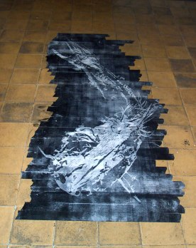 Fossil / xilogravura em fita crepe / 100cm x 200cm (aproximadamente) / 2006